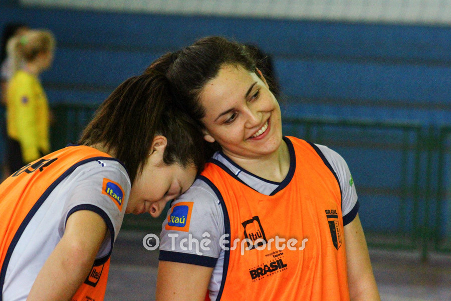 Isabelle descansa alguns segundos no ombro de Bruninha, no treino da manhã de hoje (01/jul)