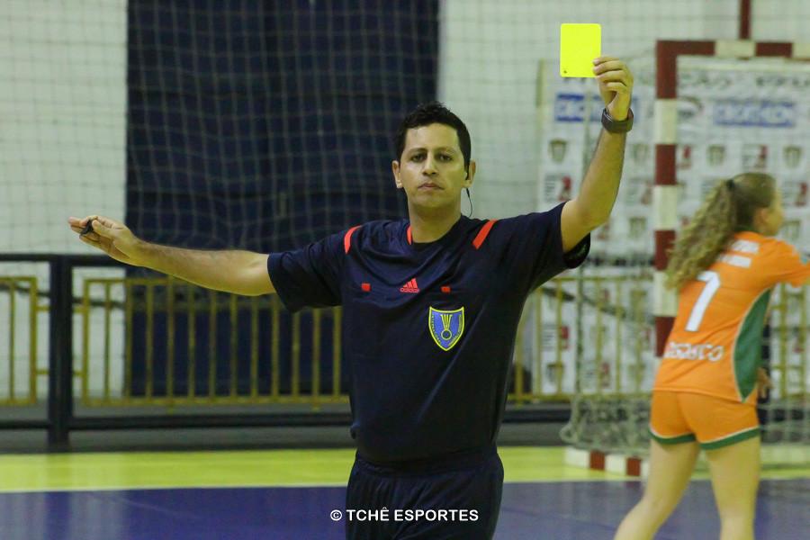Árbitras: Hosana Bastos e Adriana Caparica. Foto: André Pereira / Tchê Esportes