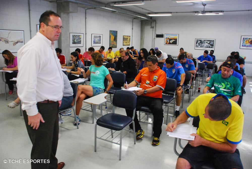 Prova teórica dos árbitros da FPHb. (foto André Pereira / Tchê Esportes)