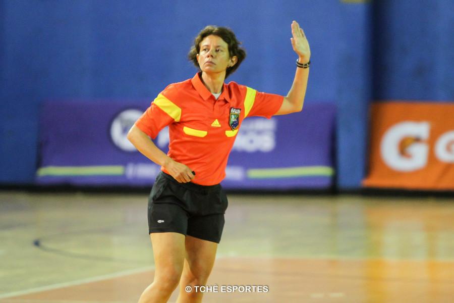 Silmara Furtado, árbitra do jogo. (foto André Pereira / Tchê Esportes)