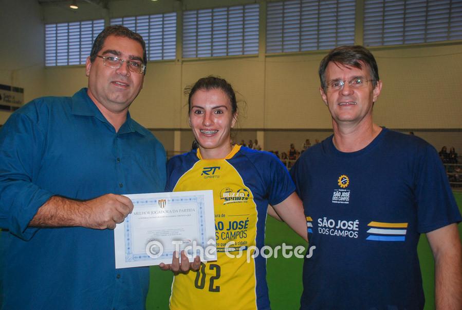 Bruno de Melo (esquerda) e Marcio Volponi entregam certificado de Melhor Jogadora à Jessica Dias.