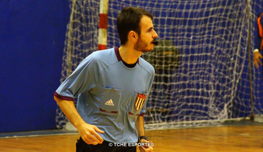 Henrique Godoy, árbitro do jogo. (foto André Pereira / Tchê Esportes)