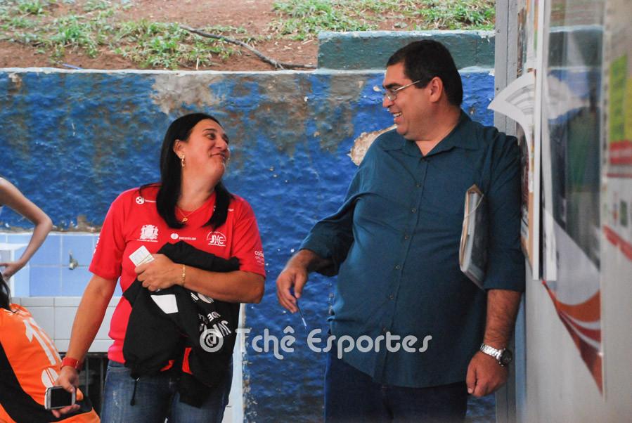 Valdirene, Jundiaí e Bruno de Melo, delegado da FPHb também aguardam o final do jogo preliminar.