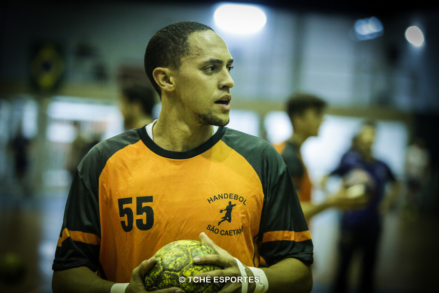 João Ribeiro, do São Caetano, artilheiro do jogo, com 8 gols. (foto arquivo Tchê Esportes)