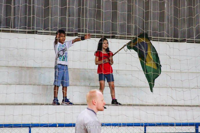 """""""Pequena torcida"""" do Santo André. (foto André Pereira / Tchê Esportes)"""