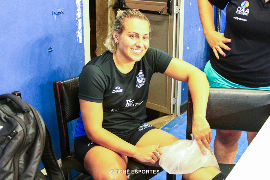 Mayara fazendo tratamento com gelo em treino do EC Pinheiros. (foto arquivo Tchê Esportes)