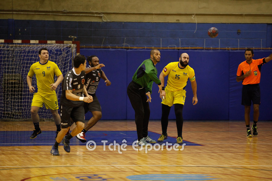 Alan, goleiro da Hebraica puxa rapidamente o contra-atque com Ettore. (foto André Pereira / Tchê Esportes)