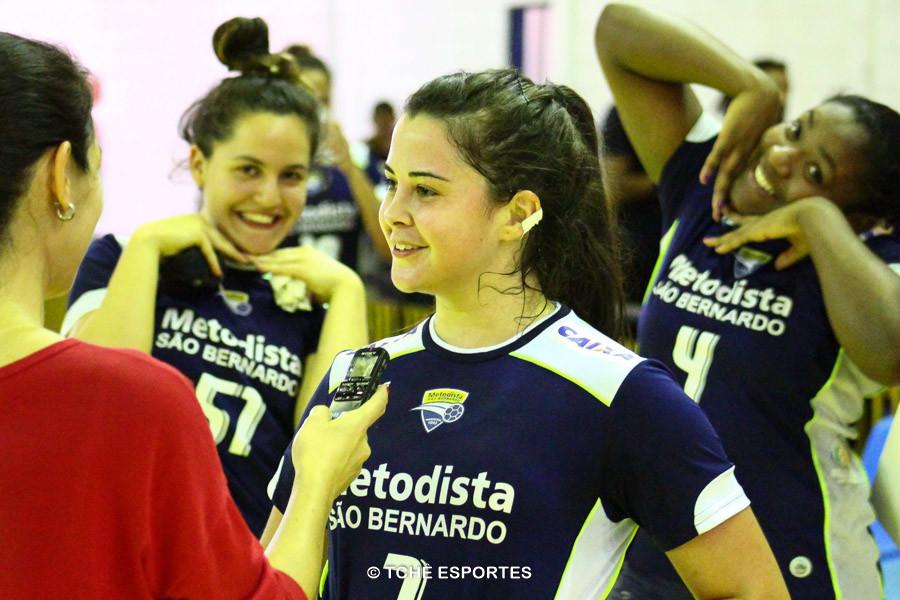 """Bruninha e Mariane, ao fundo, """"aprontam"""" durante entrevista da Ellen. (foto André Pereira / Tchê Esportes)"""
