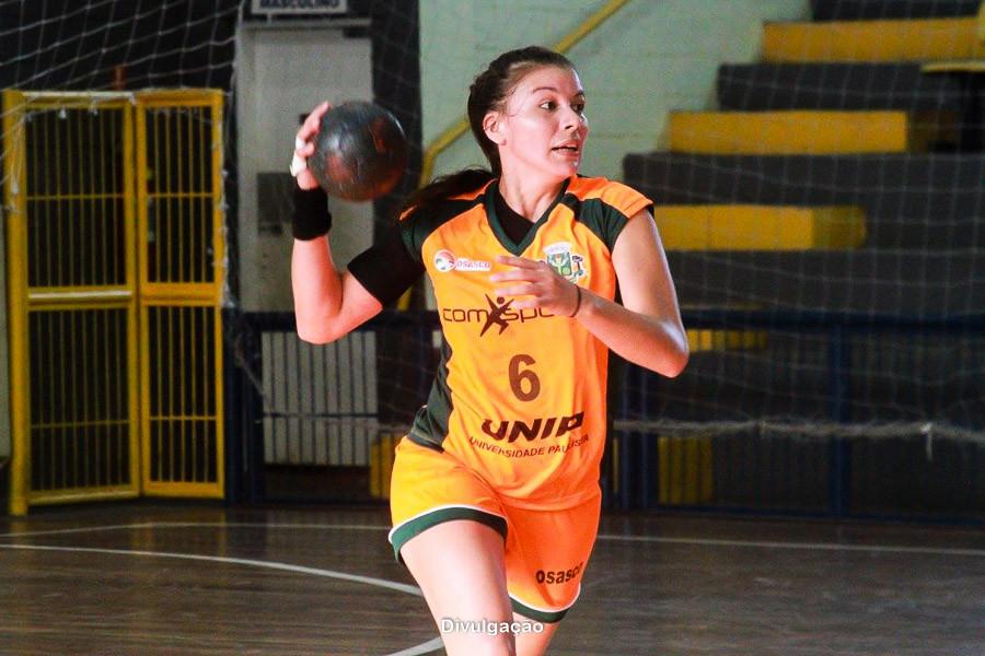 Cristiane Gomes, armadora de Osasco. (foto Divulgação Handebol Osasco Feminino)