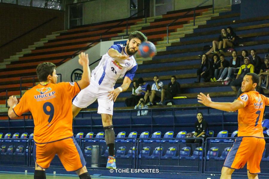 Gabriel Sanches (21), do EC Pinheiros, 3 gols no jogo. (foto André Pereira / Tchê Esportes)