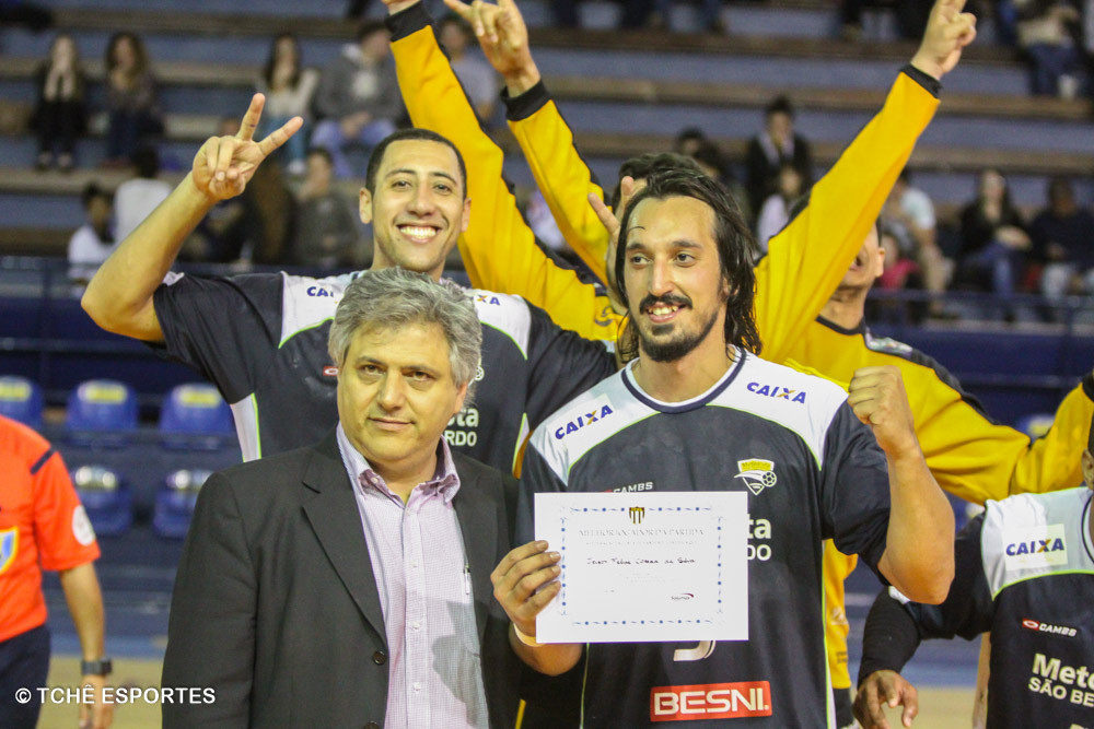 """Celso Gabriel, presidente da FPHb, entrega o prêmio ao """"Destaque do Jogo"""". (foto André Pereira / Tchê Esportes)"""
