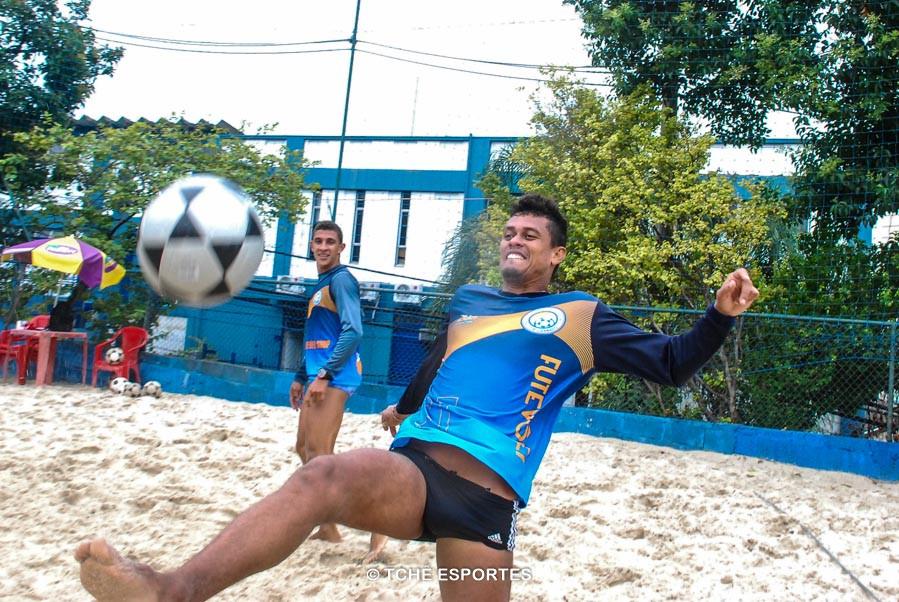 Bello e Gustavo (ao fundo), em treino no CT Riplay. (foto André Pereira / Tchê Esportes)