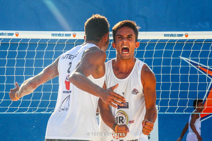 Vinicius também provoca a torcida. (foto André Pereira / Tchê Esportes)