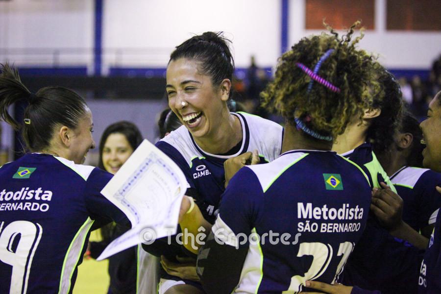 Livia (de frente), Metodista,  comemora com a equipe a premiação. (foto André Pereira / Tchê Esportes)