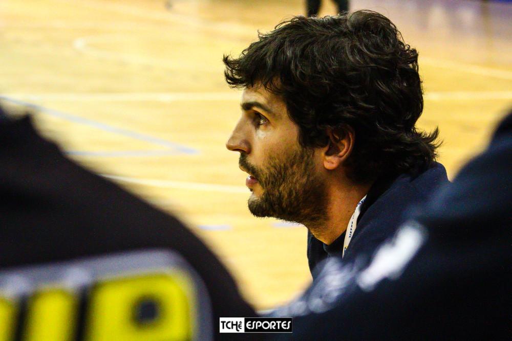Alex Aprile, técnico do EC Pinherios. (foto André Pereira / Tchê Esportes)