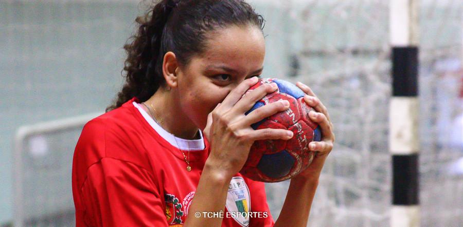 Aline Costa, do CEPE Santos, última bola do jogo. (foto André Pereira / Tchê Esportes)