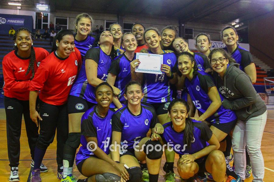 Gabriela Jordão (ao centro, com o certificado). Foto André Pereira / Tchê ESportes
