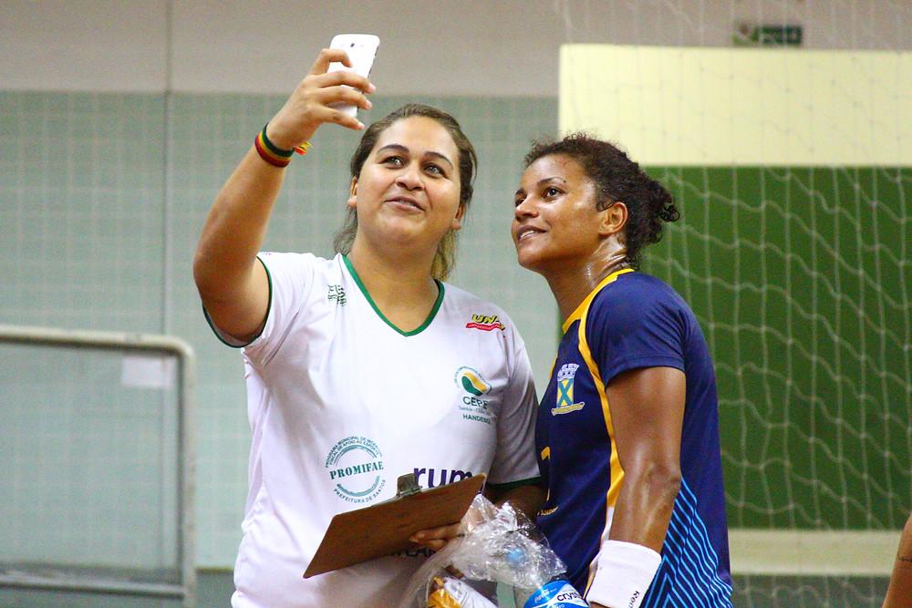 """""""Selfie"""" com a adversária. (foto André Pereira / Tchê Esportes)"""