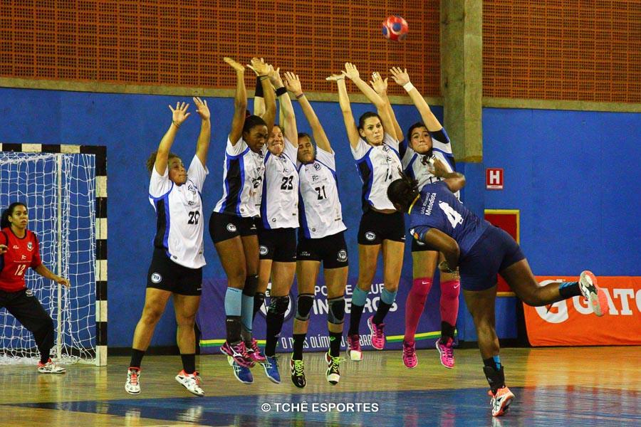 Último lance do primeiro tempo entre Pinheiros e São Bernardo  (foto André Pereira / Tchê Esportes)