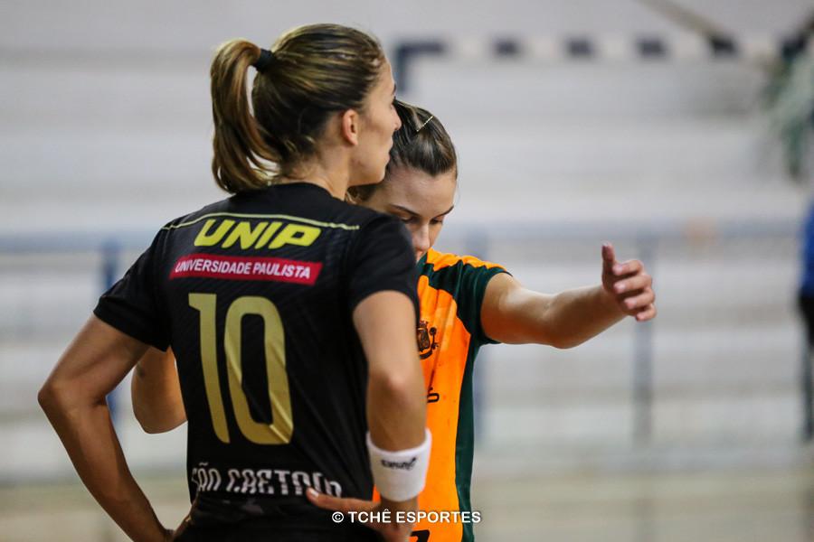 """Vika """"acompanhada"""" de perto. (foto André Pereira / Tchê Esportes)"""