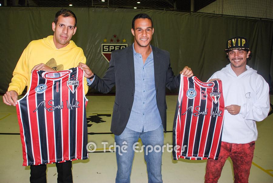 Marcão, Daniel (Sand Walk) e Dhieguinho com novos uniformes. (foto André Pereira / Tchê Esportes)
