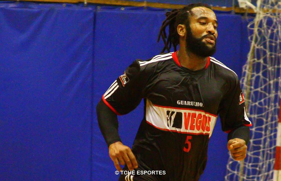 Anderson Silva, do Guarulhos, melhor do jogo e artilheiro. (foto arquivo Tchê Esportes)