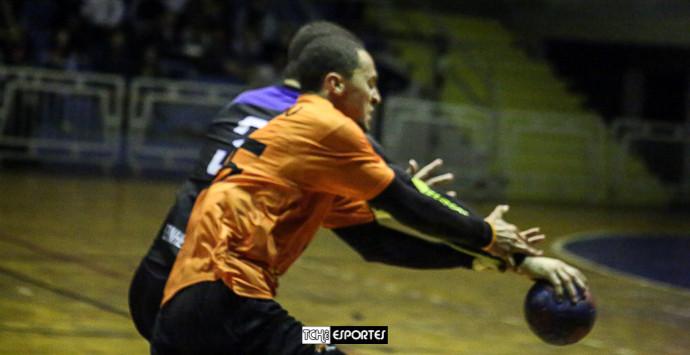 Momento em que Leo Dutra rouba a bola de Joãozinho. (foto André Pereira / Tchê Esportes)