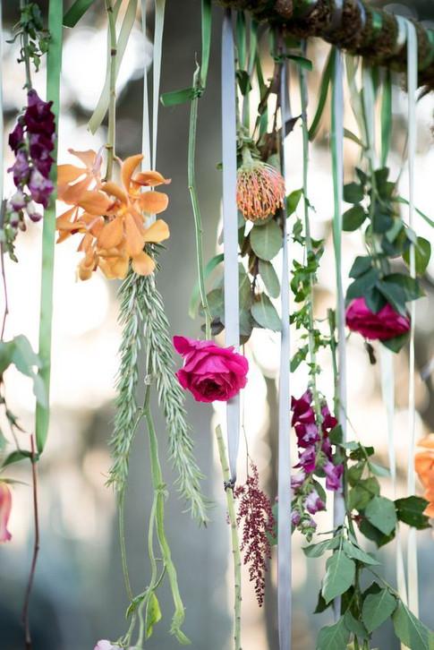 Flores y cintas colgantes