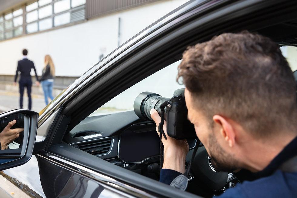 有名人カップルを尾行し、車両内より写真撮影をおこなう外国人男性の探偵.jpg