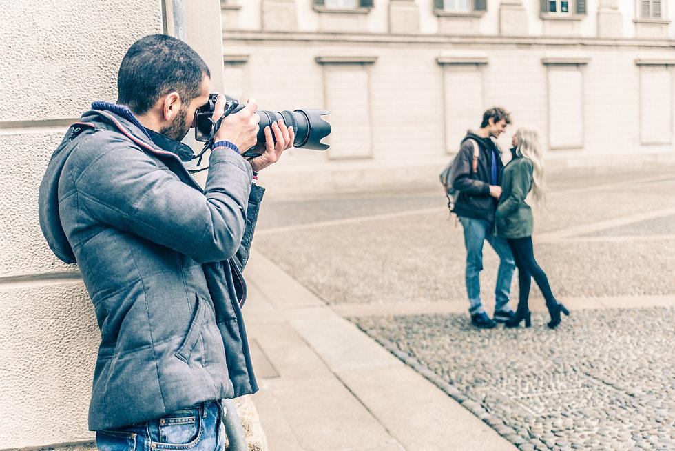 有名人カップルの写真を撮影する外国人男性の探偵.jpg