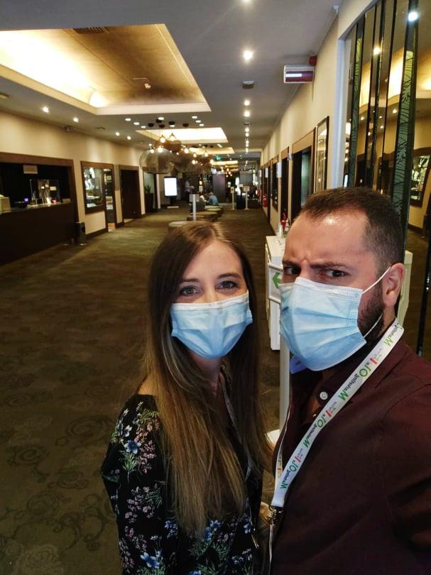 Il tutorial su come indossare la mascherina ve lo risparmiamo
