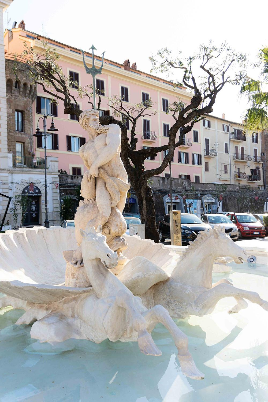 Statua del Dio Nettuno che fuoriesce da una conchiglia, trainata da 2 cavalli