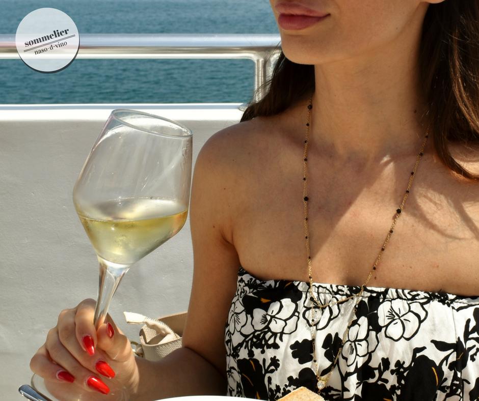 enoboat 2018 elba maggio  ais champagne e mare calice in mano katia rosario