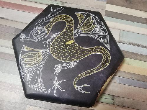 Tambour chamanique hexagonal en chèvre 45 cm dragon