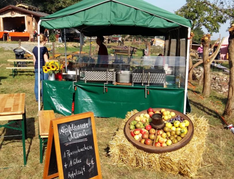 Äpfel, frisch gepresster Apfelsaft , Apfelhefepfannkuchen, Gelee und Likör