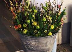 Osterkränze und Tulpensträuße