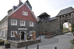 Holztruhe am Schlosstor
