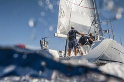 Gesetzte Segel bei Fahrt im Wind