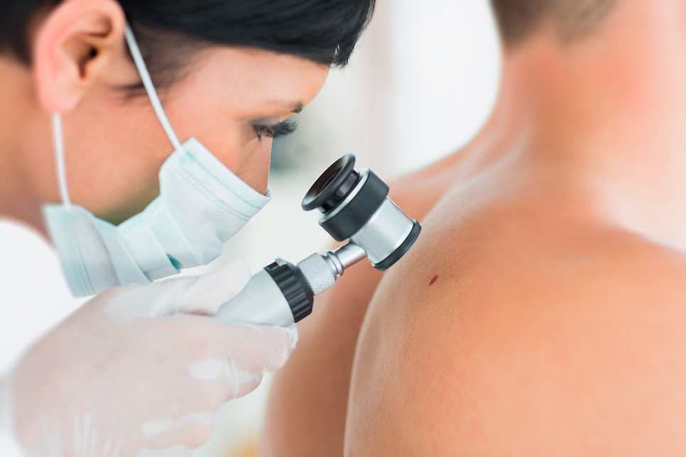 dermatologista usando dermatoscópio