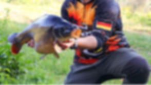 Angler mit Karpfen.jpg