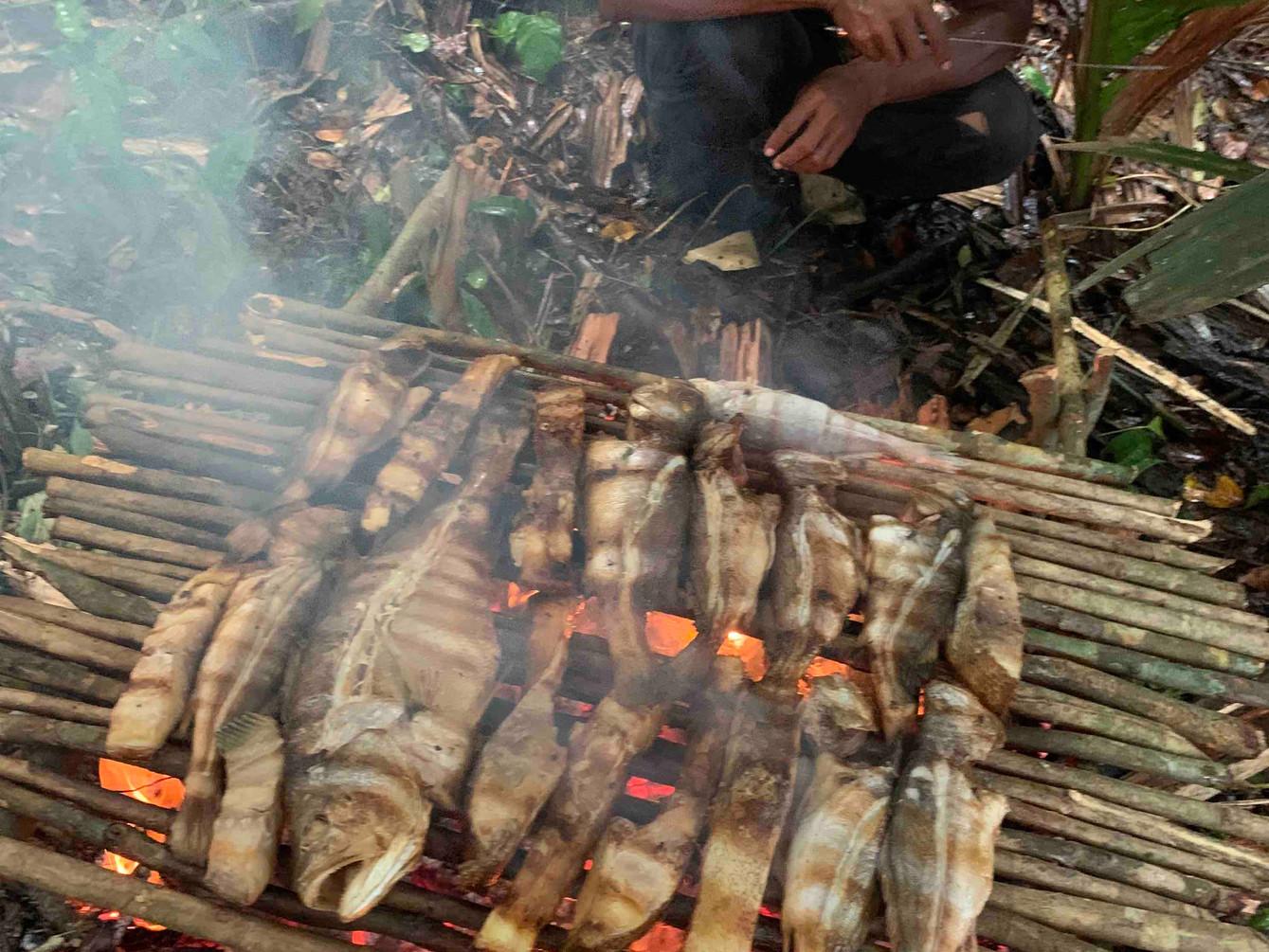 Parrillada de pescado en la selva
