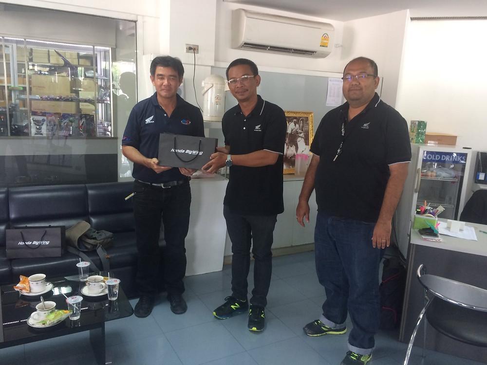 เมื่อวันที่ 28 สิงหาคม 2560 ทางเรา BigWing Kanchanaburi ยินดีตอนรับคณะสำรวจเส้นทาง โดยคุณชาญชัย ประสิทธิ์นรศรี ผู้จัดการทั่วไป BigWing Rama5 เข้าเยียมชมศูนย์บริการของเราและปรึกษาเส้นทางท่องเที่ยวแบบขับขี้รถจักรยานยนต์บิ๊กไบค์