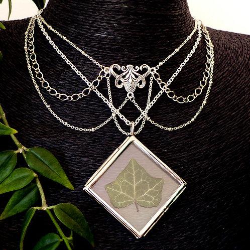 Collier avec plusieurs chaînes argent et pendentif en verre contenant une vraie feuille de lierre