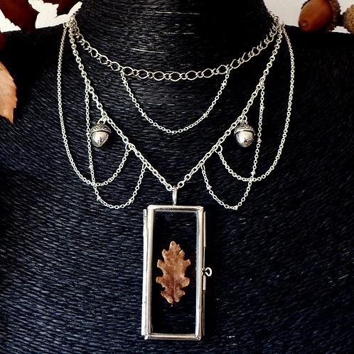 Collier avec chaînes argent multi-rangs et glands pour sorcière avec médaillon en verre contenant une vraie feuille de chêne
