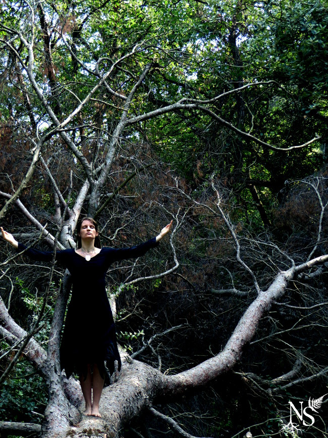 sorcière invoquant la lune et portant un collier Nature Spells