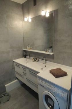 Lave-linge-sous-meuble-de-salle-de-bain-