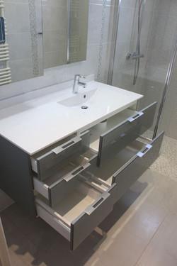 meuble-salle-de-bain-tres-pratique-suspe