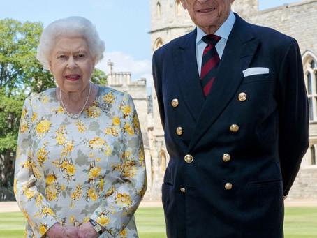 Rainha Elizabeth e príncipe Philip  tomam vacina contra a Covid-19