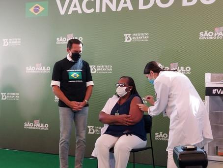 Mulher e enfermeira é a primeira a  receber a vacina da Covid-19 no Brasil