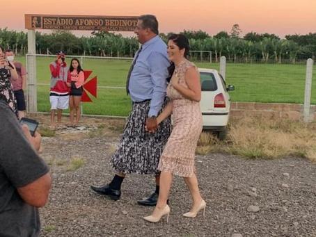 Para pagar aposta, prefeito gaúcho  toma posse vestido de saia